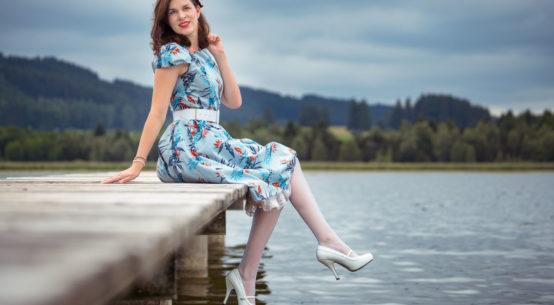 Blaue Strümpfe, zarte Kleider: Ein Sommer-Outfit mit Secrets in Lace und Dolly and Dotty