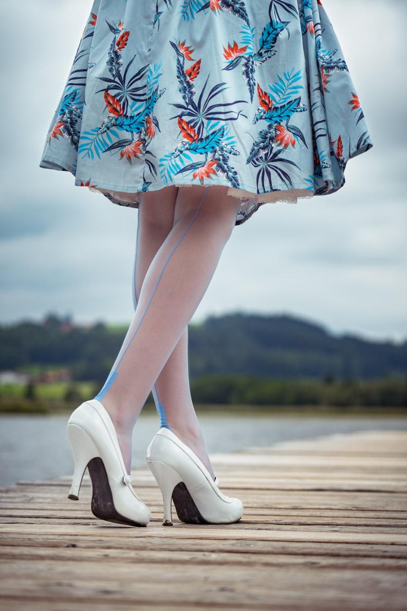 """Vintage-Bloggerin RetroCat mit den Premier Spanish Heel Strümpfen in """"blue"""" von Secrets in Lace Europe"""