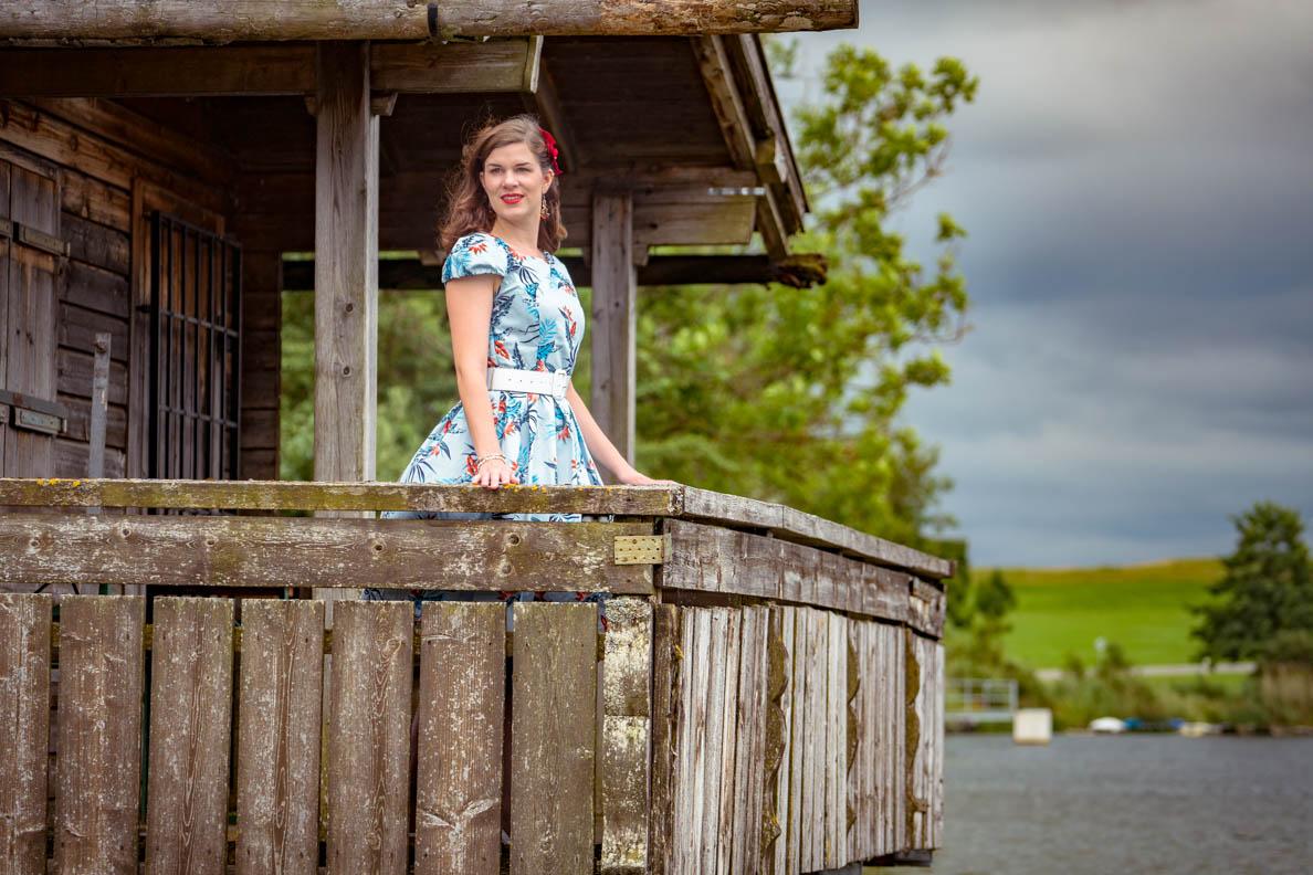 RetroCat in einem Sommer-Kleid im Vintage-Stil von Dolly and Dotty