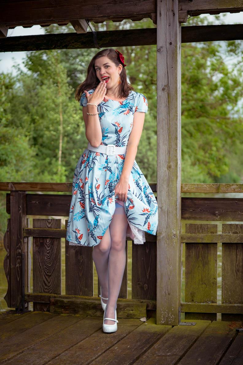 RetroCat mit Vintage-Petticoat und blauen Strümpfen von Secrets in Lace Europe