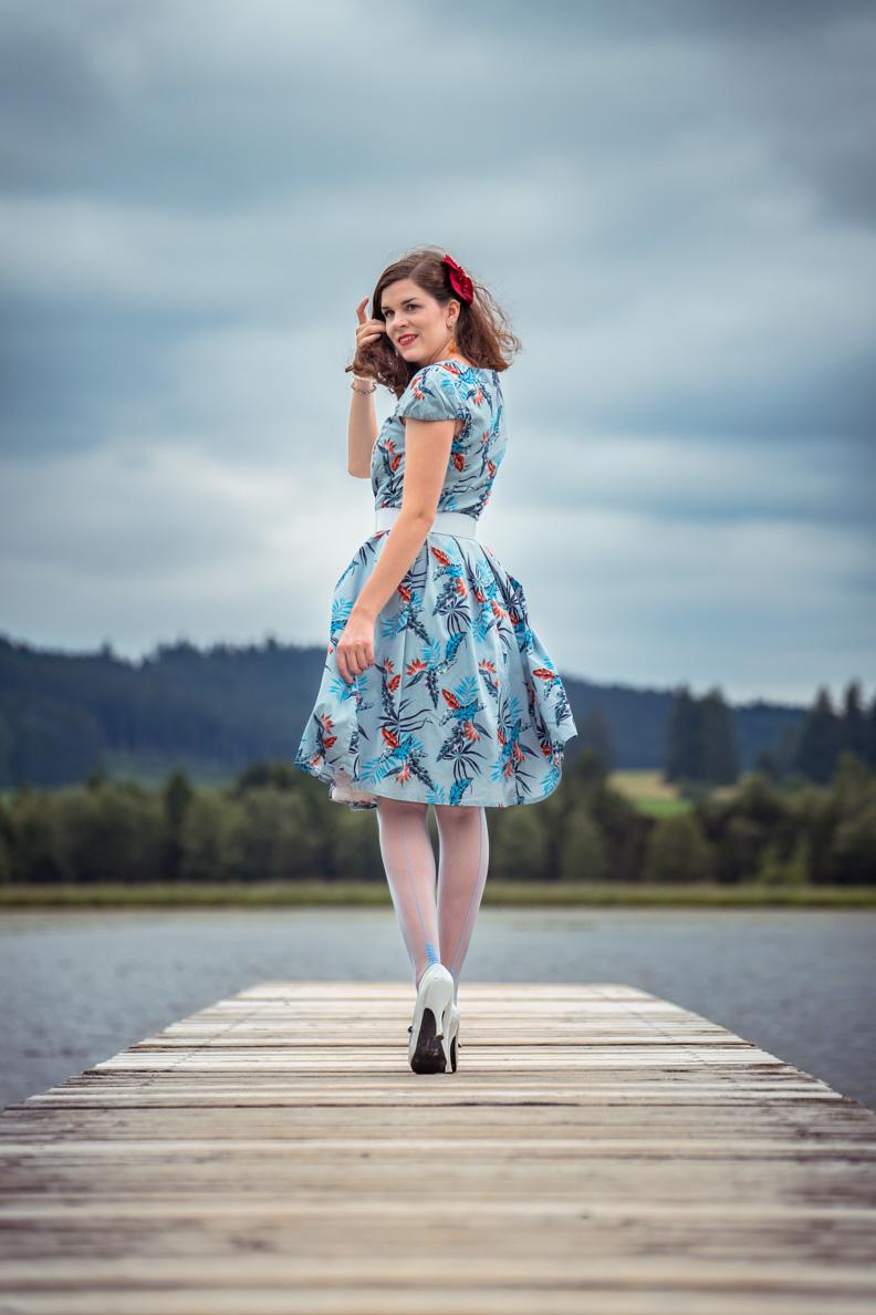 Fashion-Bloggerin RetroCat mit Retro-Kleid und blauen Nahtstrümpfen von Secrets in Lace