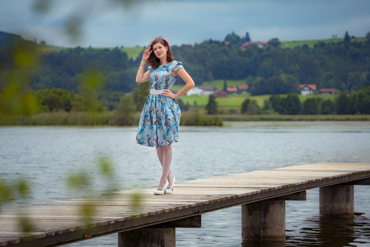 RetroCat in einem hellblauen Retro-Kleid von Dolly and Dotty am See