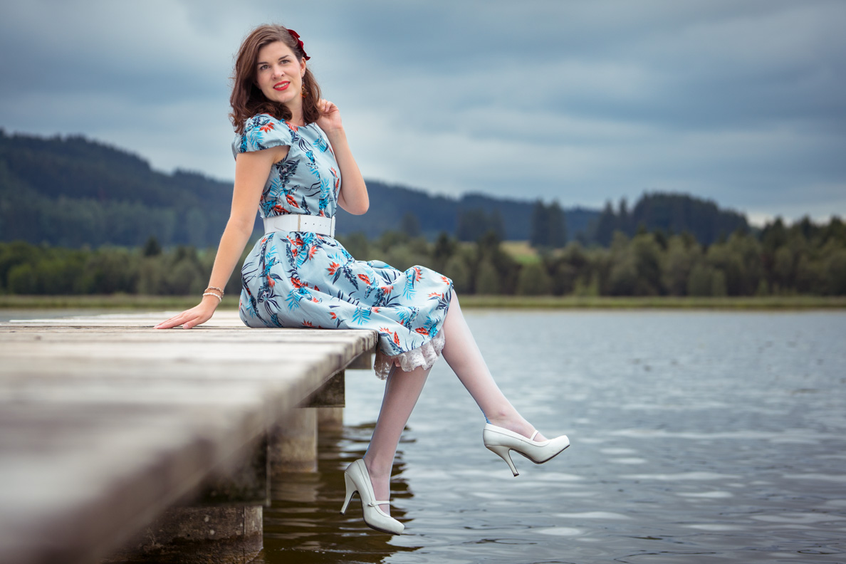 Vintage-Bloggerin RetroCat mit Retro-Kleid und blauen Strümpfen von Secrets in Lace