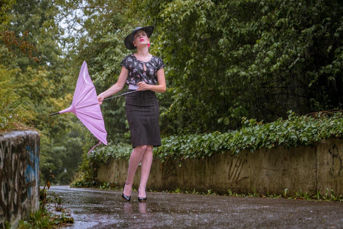 Vintage-Bloggerin RetroCat in einem schicken Regen-Outfit im Retro-Stil