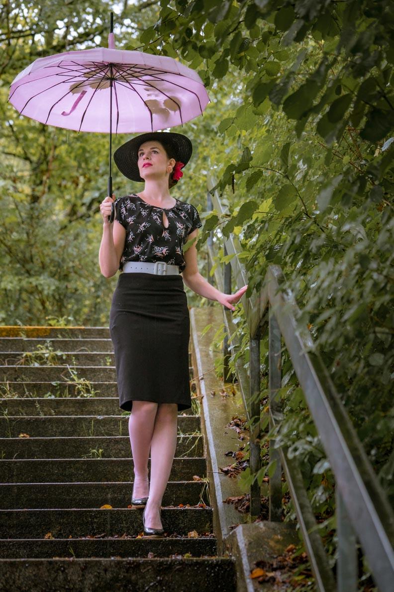 RetroCat in einem klassischen Vintage-Outfit im Stil der 50er