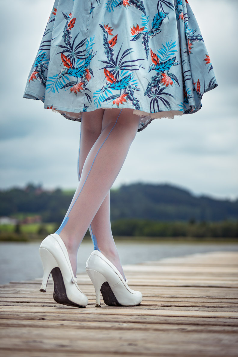 RetroCat mit blauen Nylonstrümpfen und blauem Sommerkleid