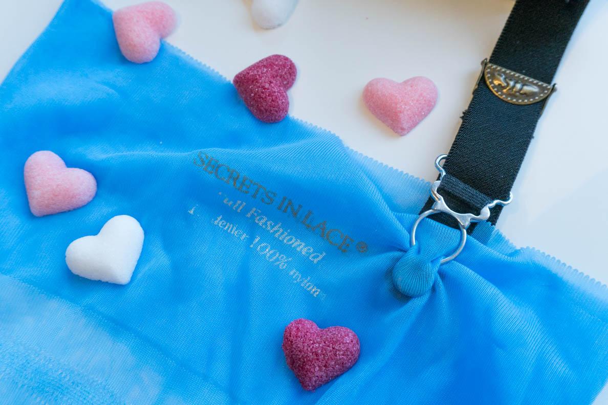 Ein blauer Strumpf mit passendem Strumpfgürtel von Secrets in Lace