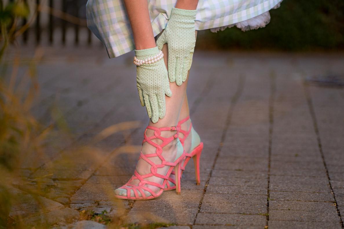 RetroCat mit mintfarbenen Nahtstrümpfen und pinken Schuhen