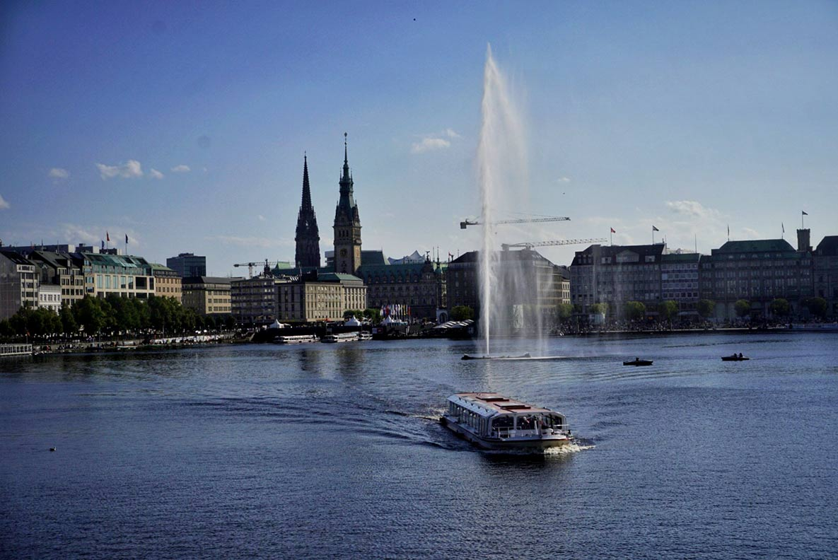 Die Alster mit dem Rathaus von Hamburg im Hintergrund
