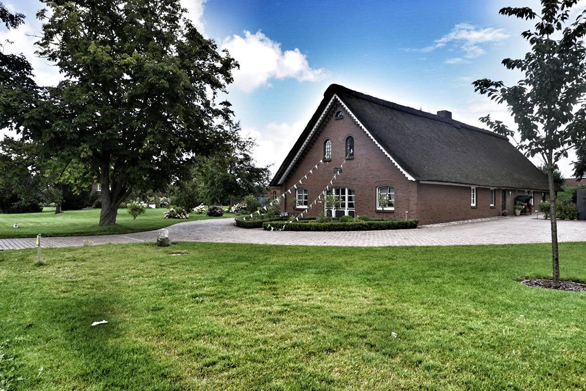 Ein traditionelles Haus mit hübschem Garten im Alten Land rund um Hamburg