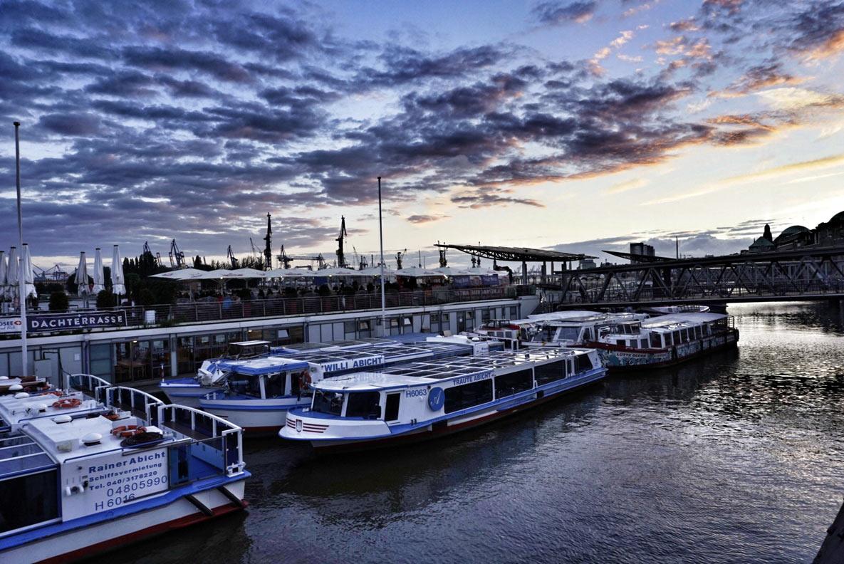 Der Hafen in Hamburg kurz nach Sonnenuntergang