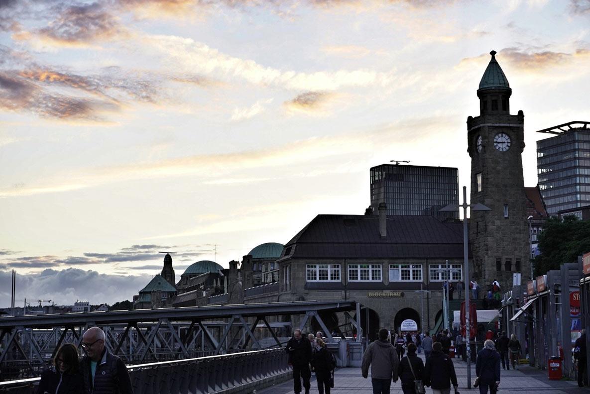 Die Landungsbrücken und der Fischmarkt-Bereich in Hamburg