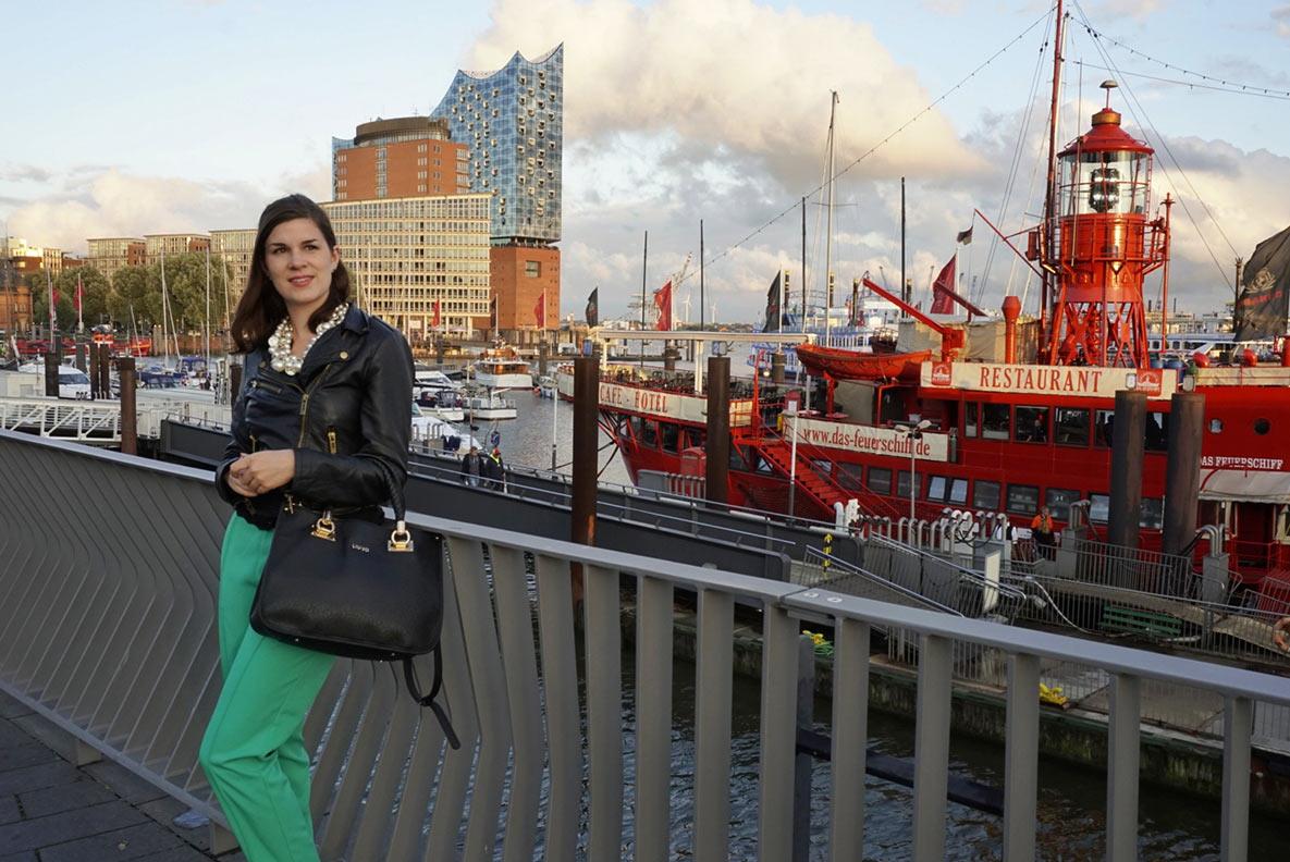 Reise-Bloggerin RetroCat vor der Elbphilharmonie in Hamburg