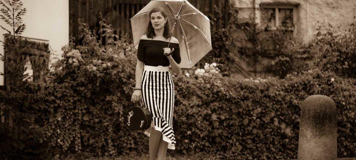 Für Sonne und Regen: Ein schwarz-weißer Streifenrock von Dolly and Dotty
