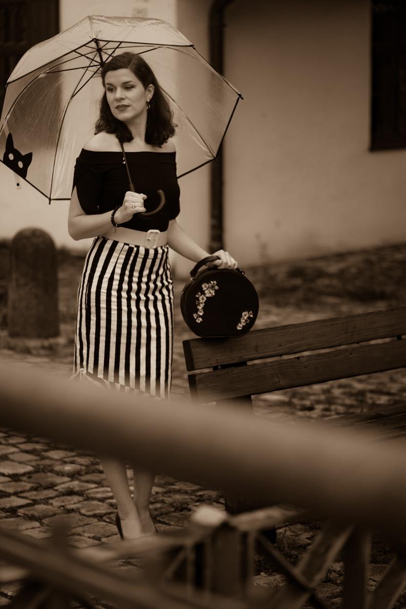 RetroCat in einem schwarz-weißen Regen-Outfit im Vintage-Stil