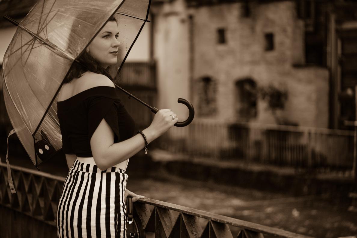 RetroCat mit einem transparenten Regenschirm und schwarz-weißem Retro-Outfit
