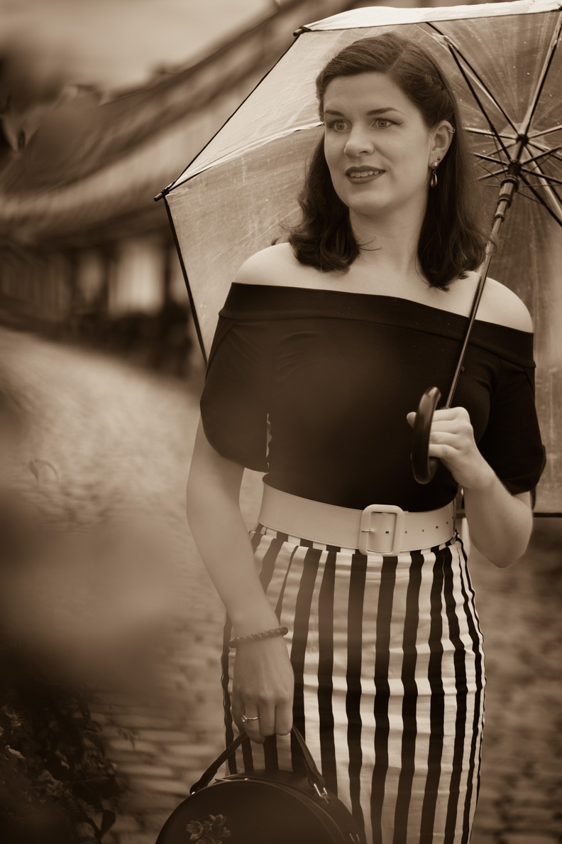 RetroCat mit transparentem Regenschirm, Vintage-Gürtel und Retro-Rock