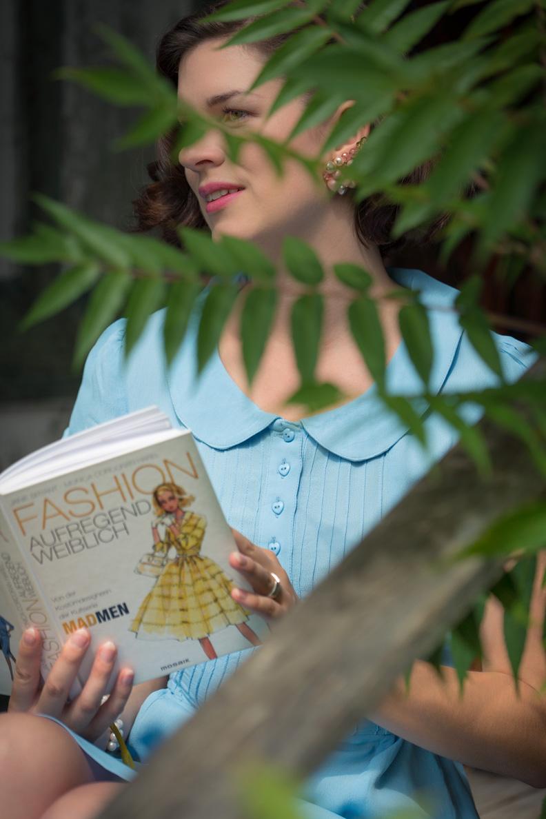 """RetroCat mit dem Buch """"Fashion aufregend weiblich"""" von Janie Bryant"""