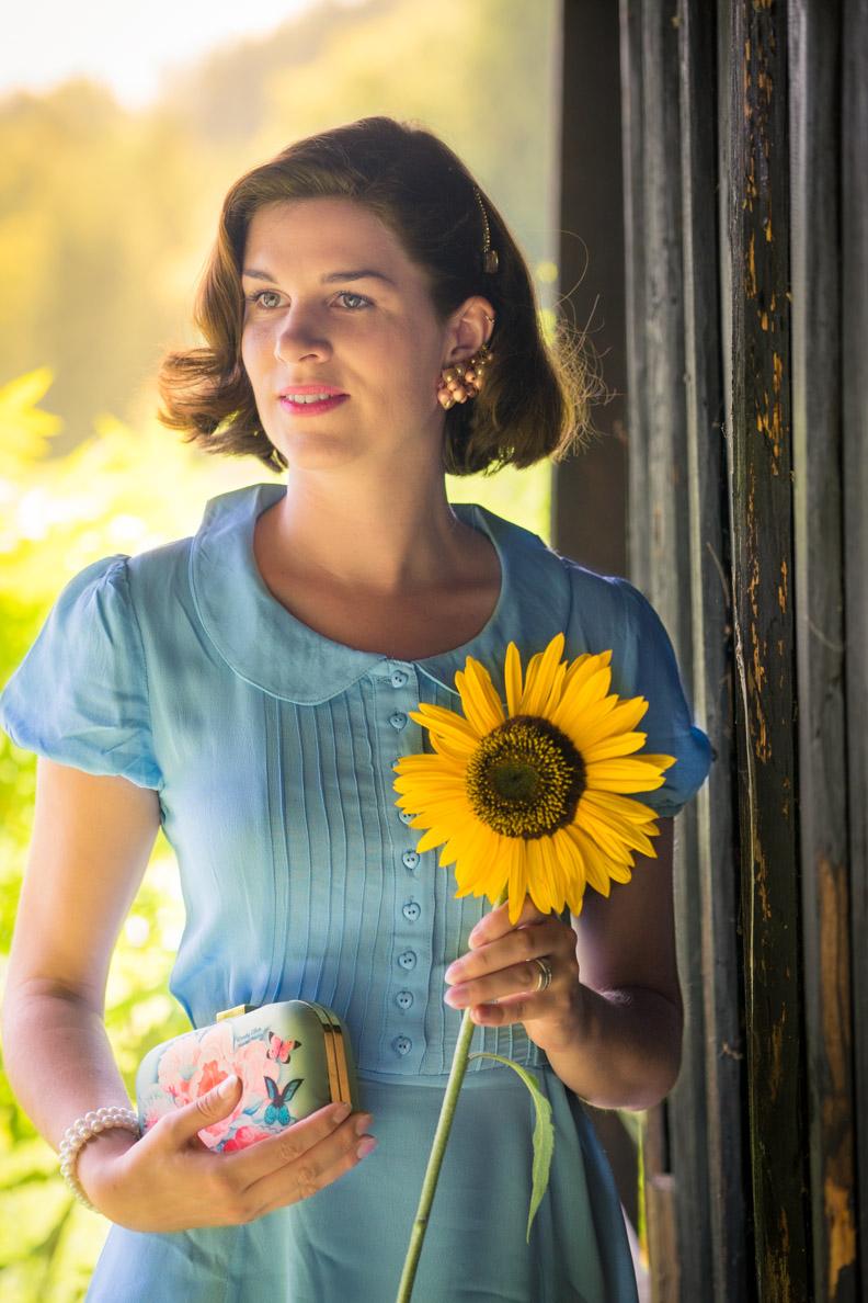 RetroCat mit Sonnenblume und hellblauem Retro-Kleid von The Seamstress of Bloomsbury