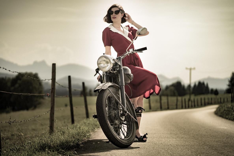 Vintage-Bloggerin RetroCat mit einem Wickelkleid im Retro-Stil auf einer Zündapp aus den 50ern