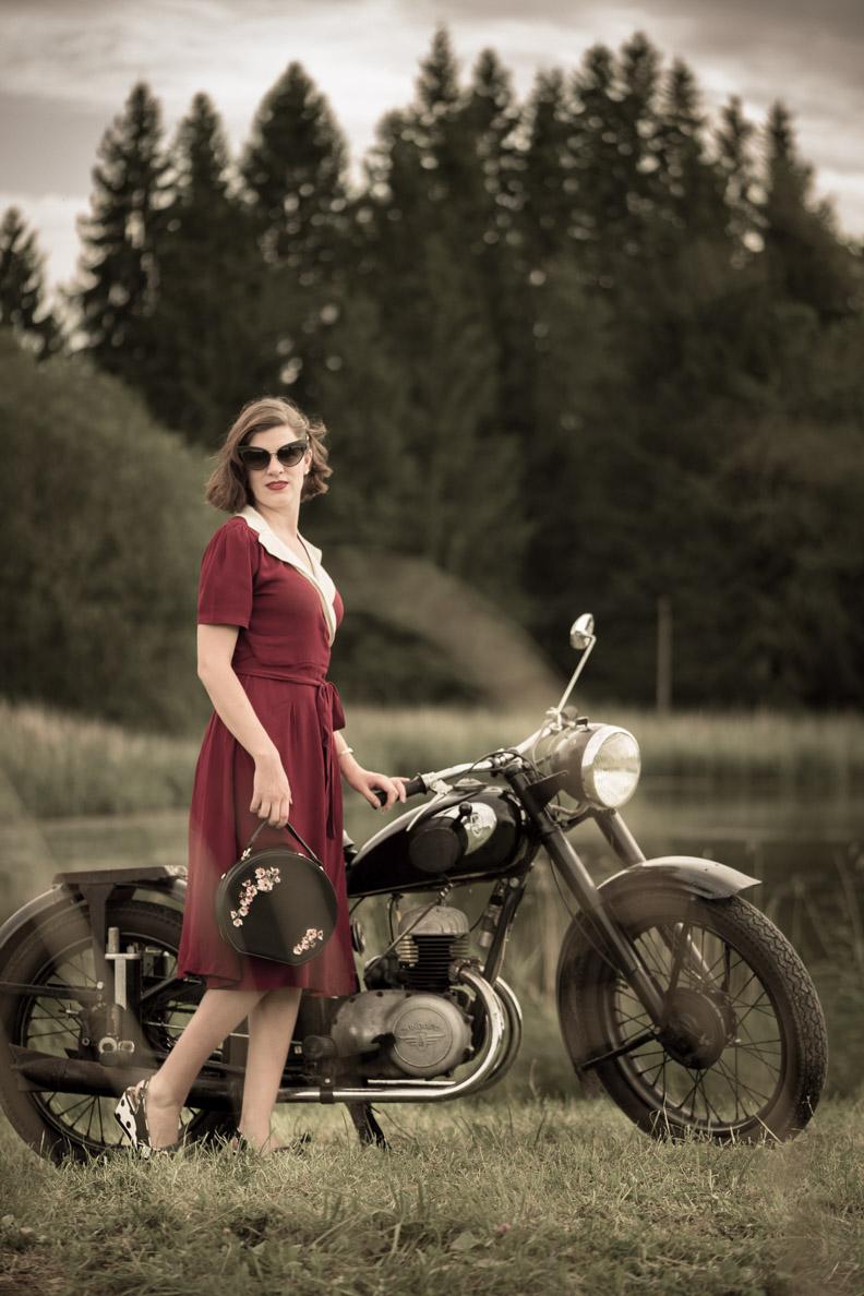 RetroCat mit Retro-Kleid und einem Motorrad aus den 50ern