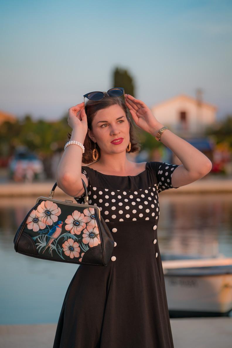 RetroCat mit Retro-Kleid, Retro-Handtasche und Cateye-Sonnenbrille