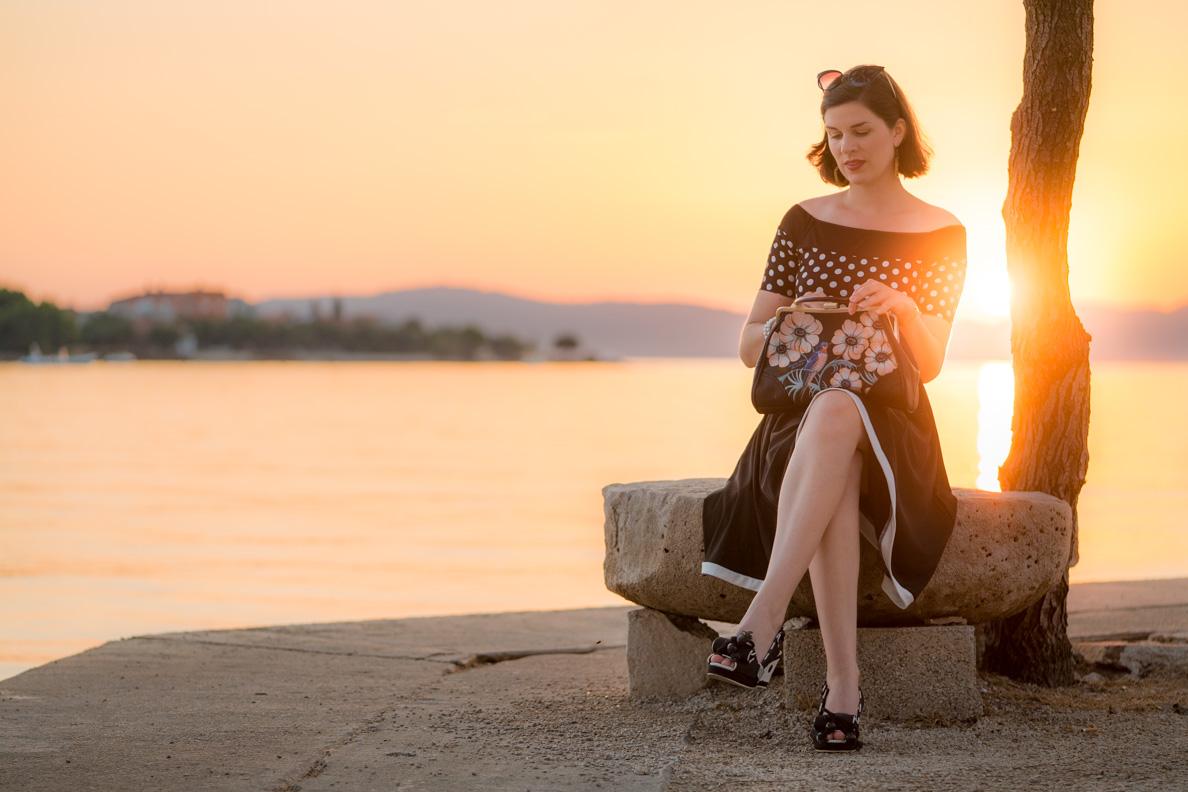 RetroCat mit einem maritimen Retro-Kleid, einer Tasche im Vintage-Stil und Wedges in Kroatien