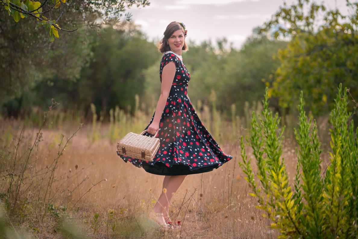 RetroCat in einem Swing-Kleid mit Apfelprint von Hell Bunny