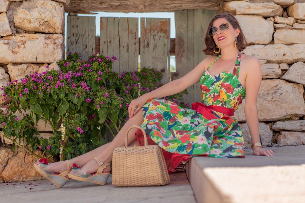 RetroCat in einem Kleid mit exotischem Muster von Belle Couture