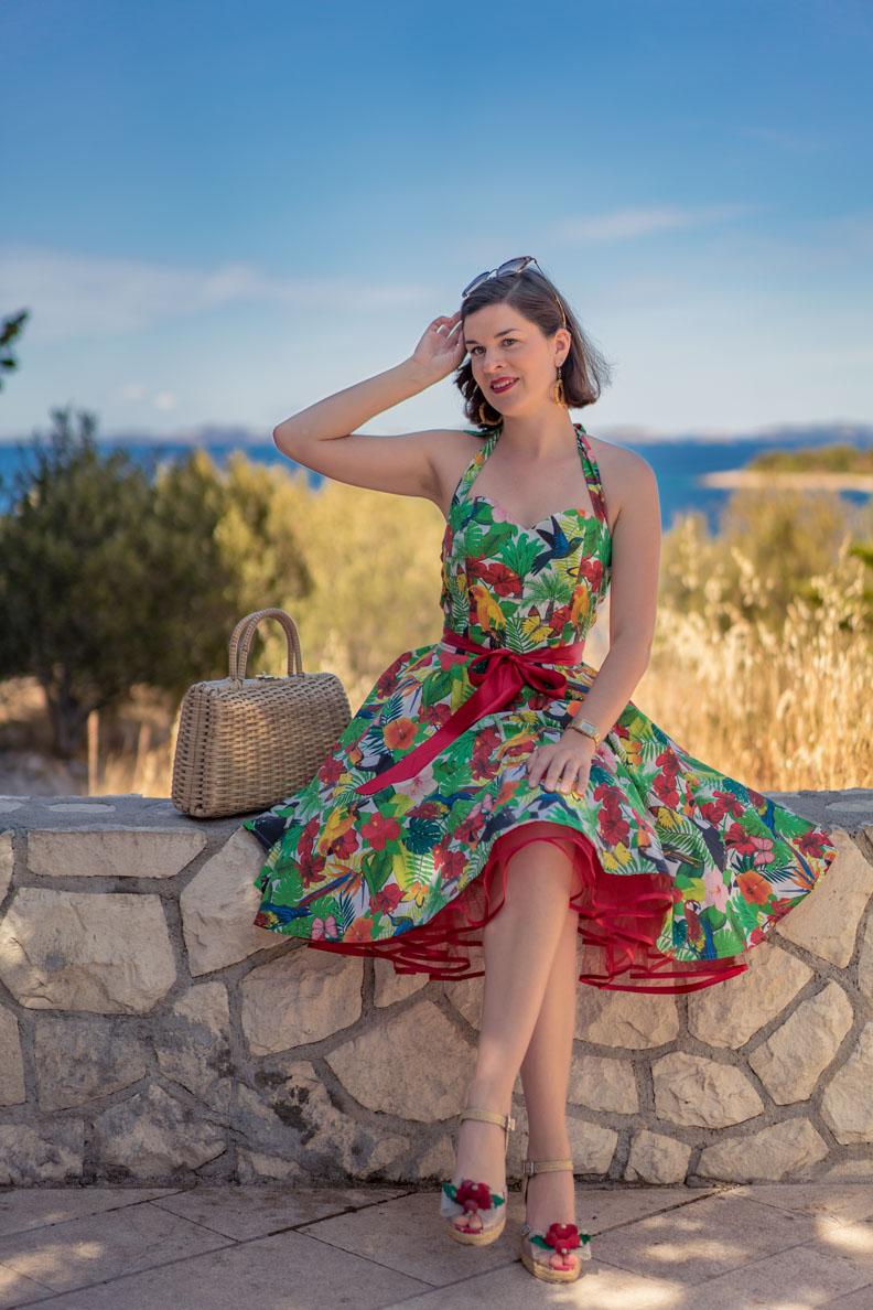 RetroCat mit einem Swing-Kleid und rotem Petticoat