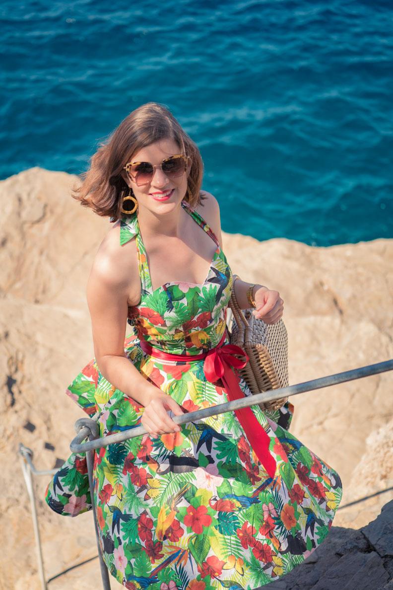 RetroCat mit einem farbenfrohen 50er-Jahre-Kleid am Meer