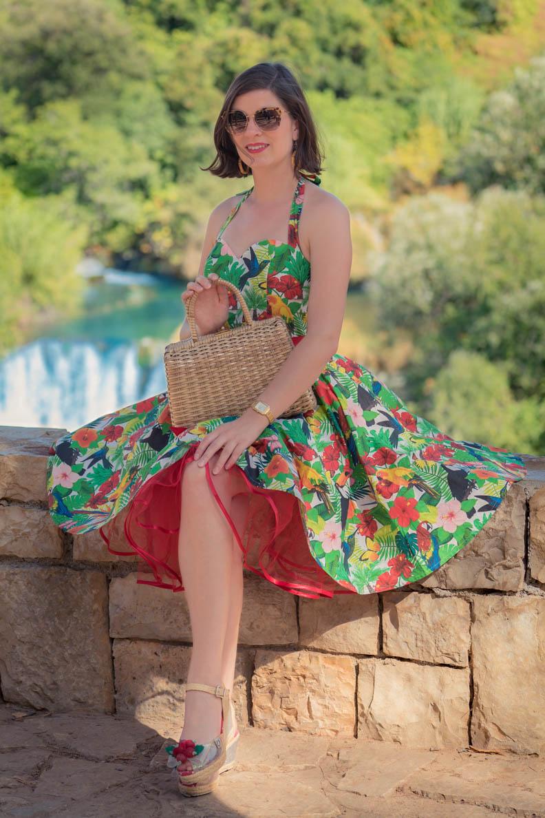 RetroCat mit einem bunten Petticoatkleid im Vintage-Stil von Belle Couture