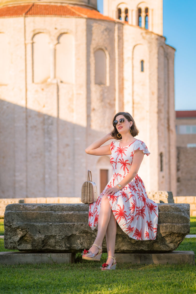 Vintage-Bloggerin RetroCat mit einem Sommerkleid im Stil der 60er in Zadar