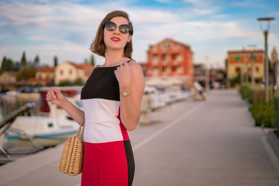RetroCat mit Cateye-Sonnenbrille und 60er-Jahre-Kleid in Kroatien
