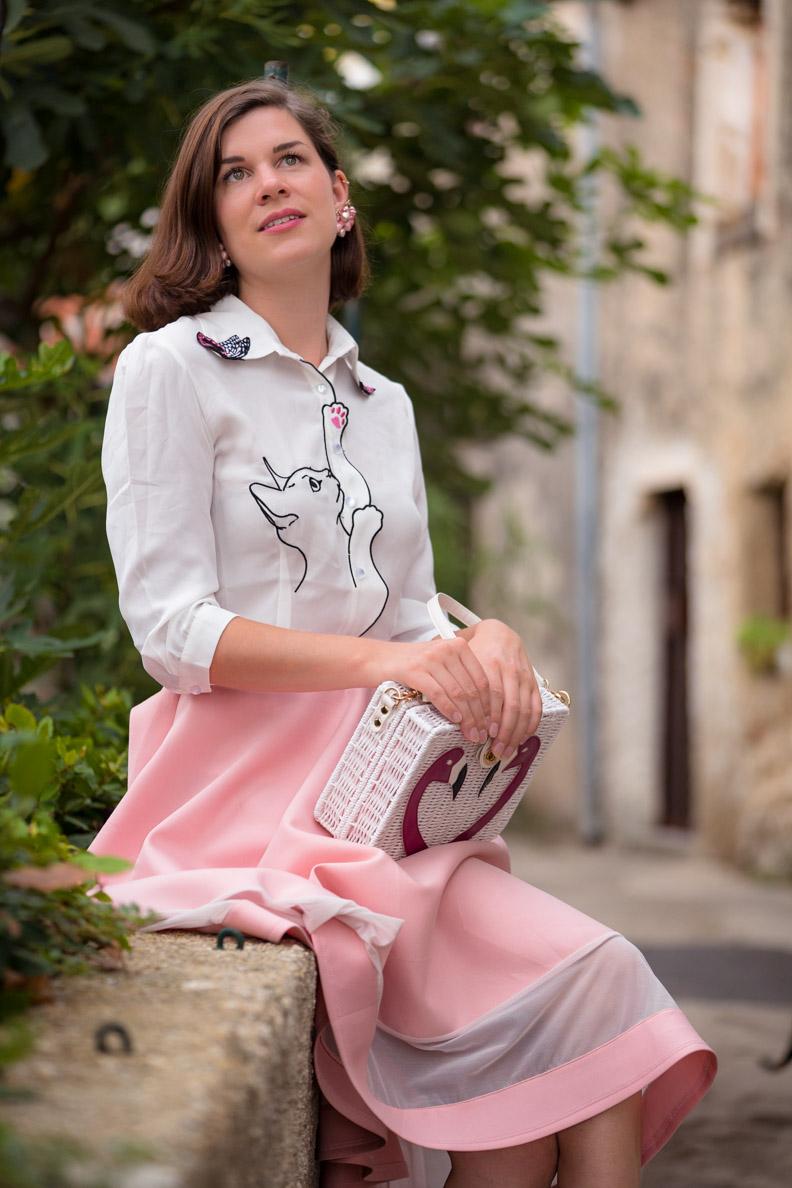 RetroCat mit rosa Tellerrock und weißer Bluse mit Katzenprint