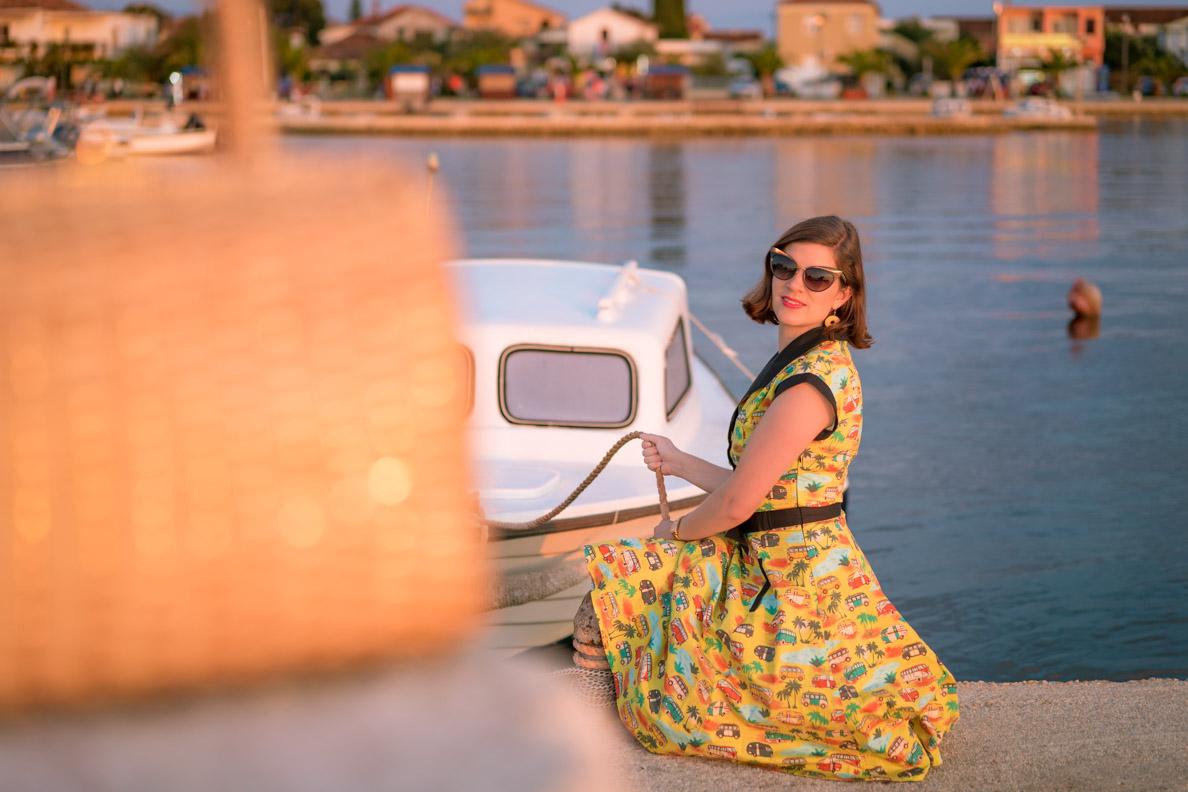 Vintage-Mode-Bloggerin RetroCat mit einem gelben Swing-Kleid im Kroatien-Urlaub