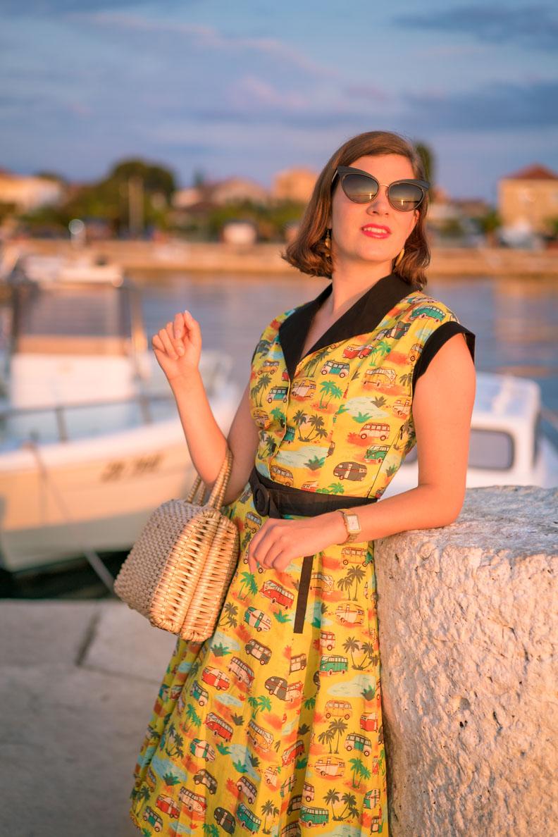 RetroCat mit Swing-Kleid und einer Cateye-Sonnenbrille von Dolce & Gabbana