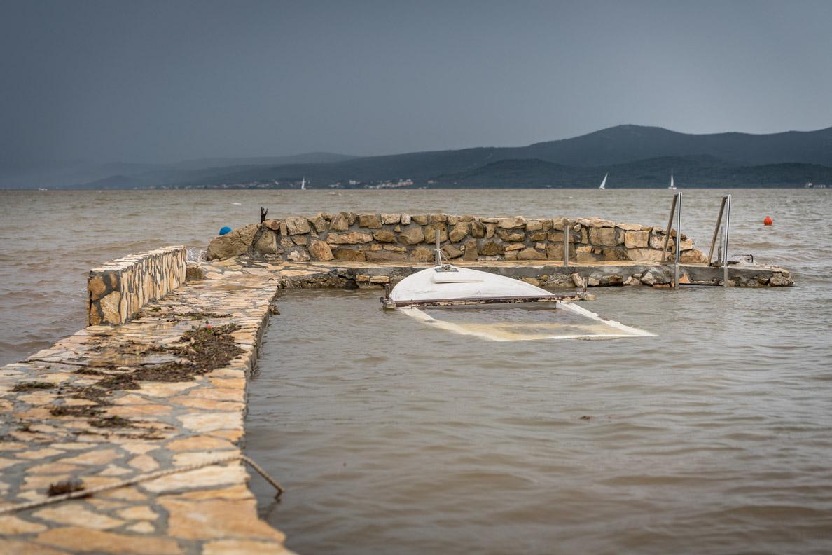 Ein versunkenes Boot in der Adria
