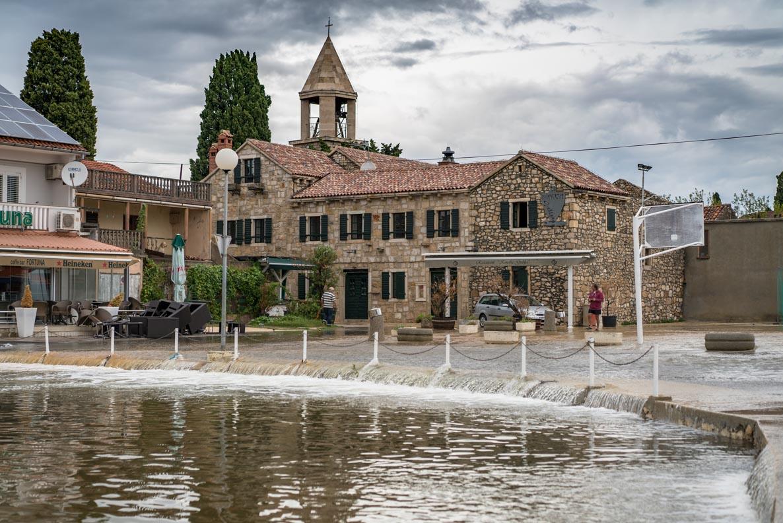 Der überflutete Marktplatz von Sukosan in der Nähe von Zadar
