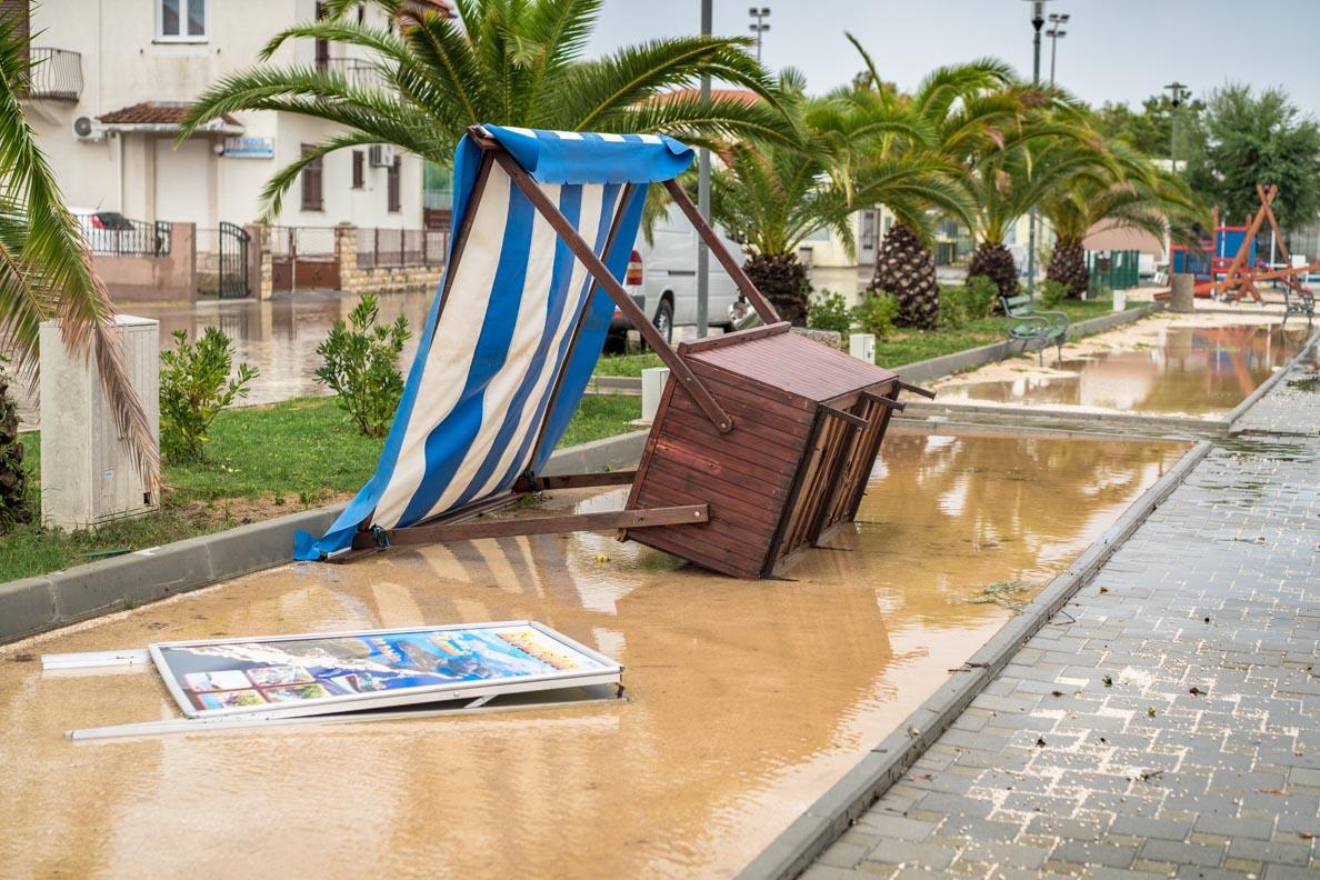 Ein vom Sturm umgeworfener Stand in Kroatien
