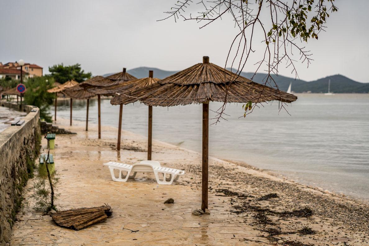 Der vom Sturm verwüstete Strand in Sukosan nahe Zadar