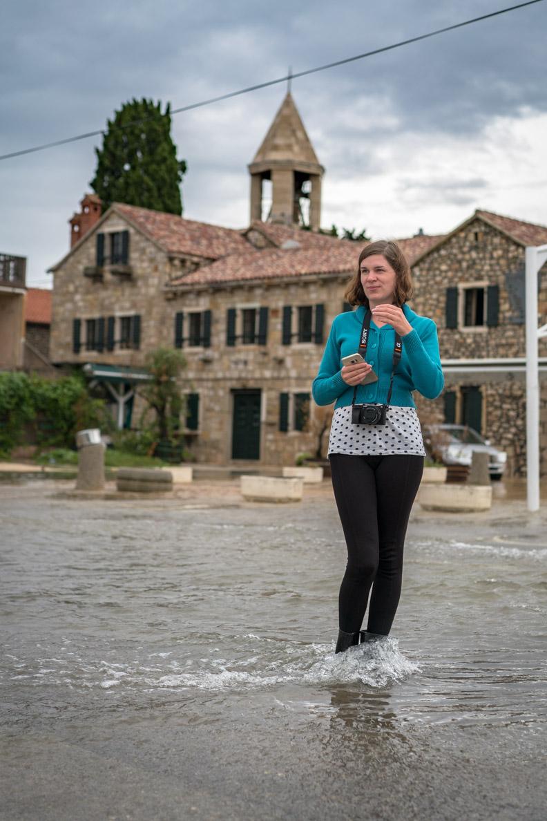 RetroCat auf einer überschwemmten Straße in Kroatien