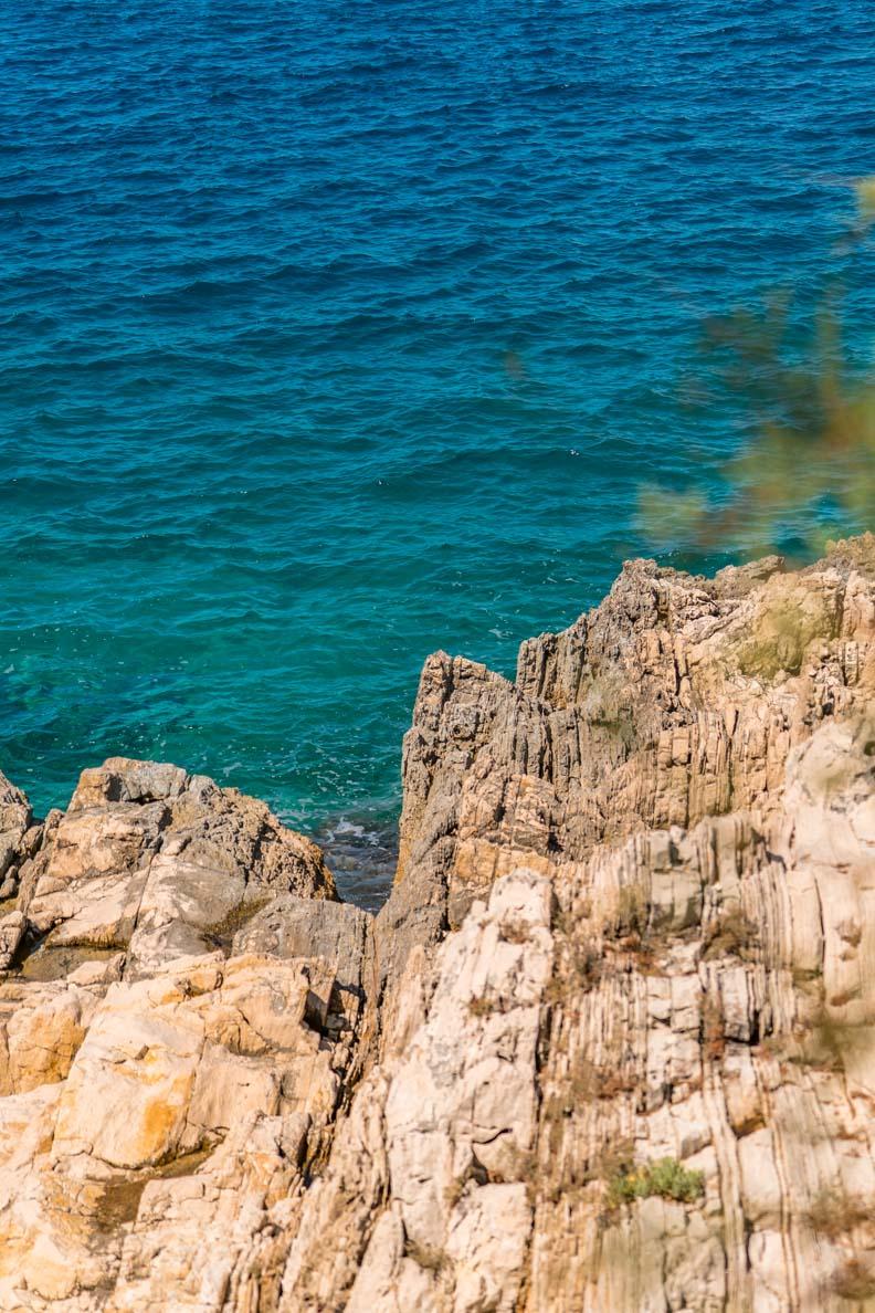 Eine steile Felsenwand in Primošten