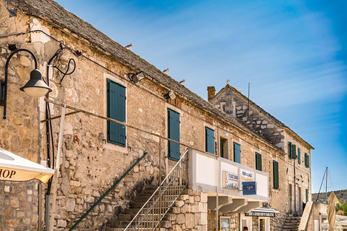 Ein Hafengebäude in Primošten