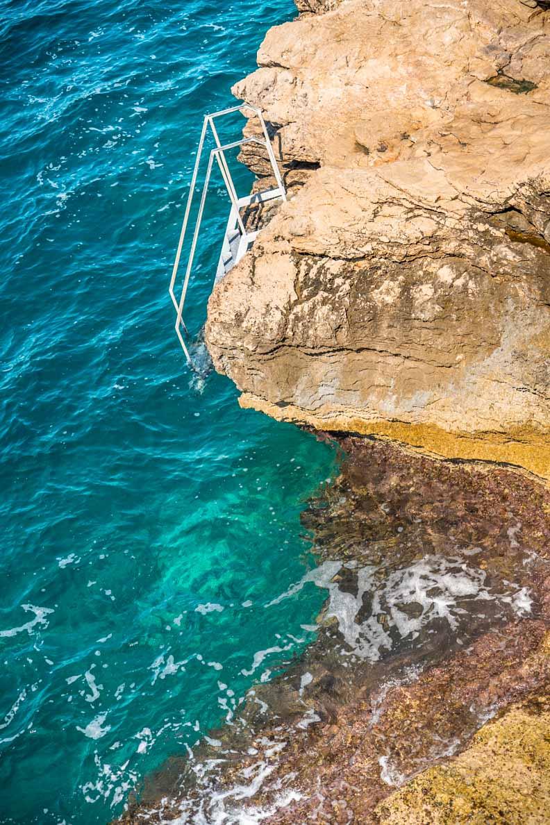 Ein Felsen mit Leiter in Primošten
