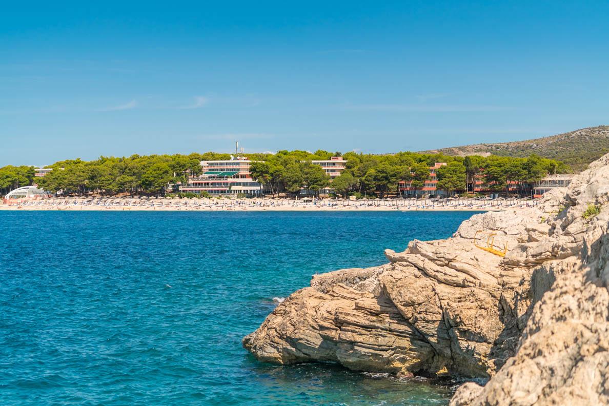 Ein Ferienresort mit tollem Strand in Primošten