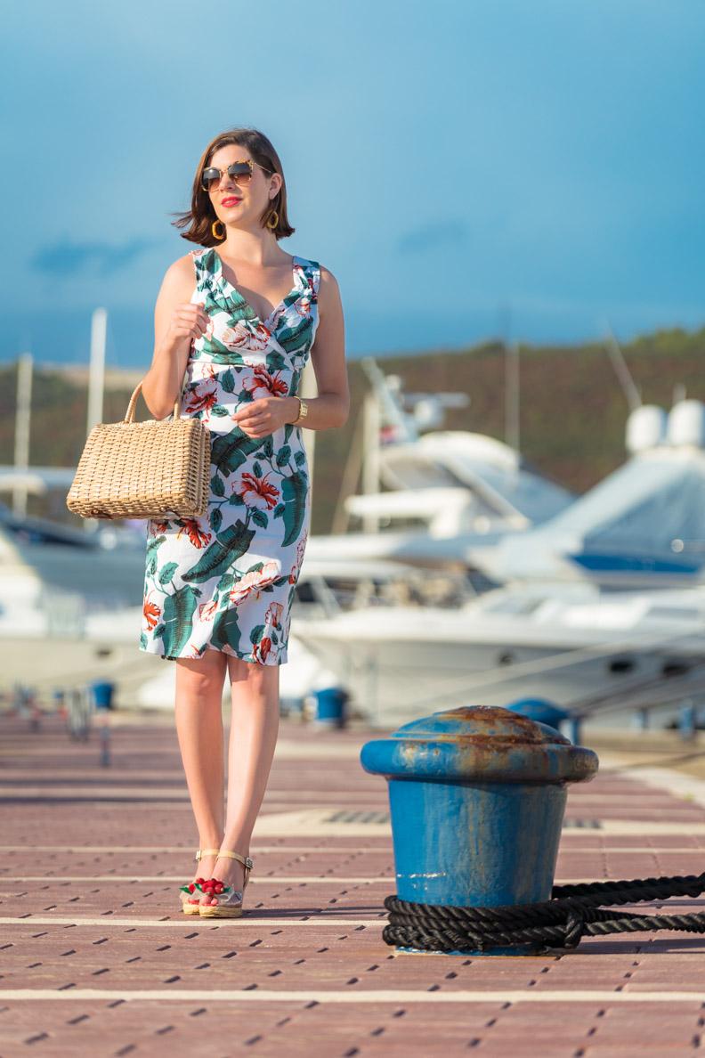 """RetroCat mit dem Sommer-Kleid """"Cheryl"""" von Dolly and Dotty in einem Jachthafen in Kroatien"""