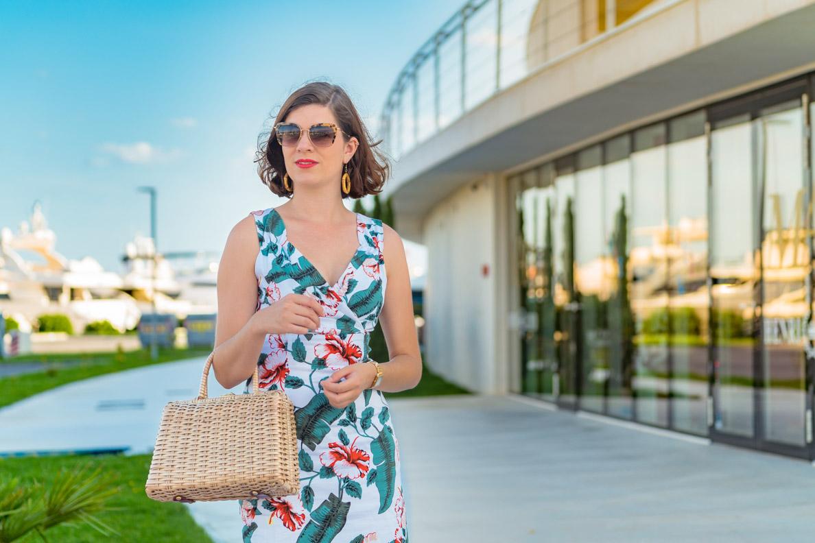 RetroCat mit einem günstigen Retro-Kleid und teurer Designer-Sonnenbrille von Miu Miu