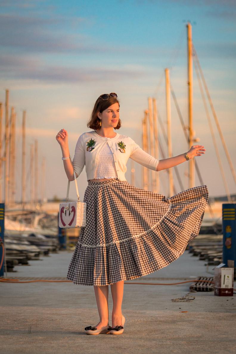 RetroCat mit einem karierten Tellerrock von Lena Hoschek am Jachthafen in Kroatien