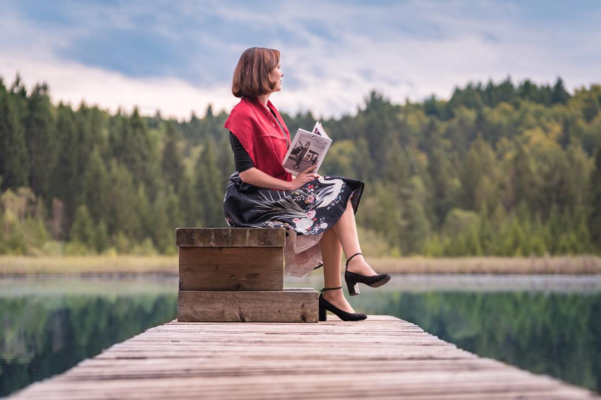 """RetroCat beim Lesen der Zeitschrift """"Vintage Flaneur"""""""